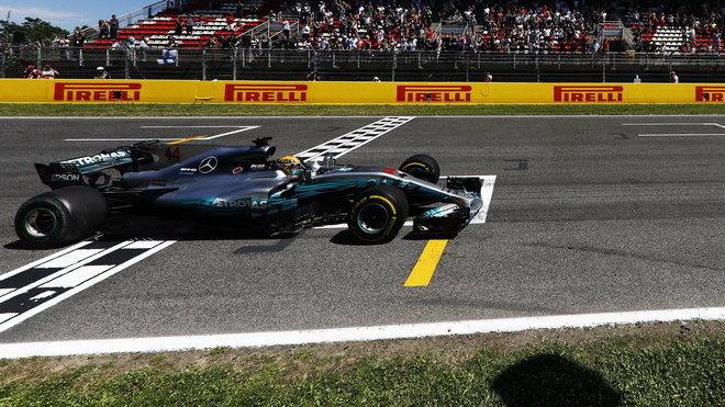 Lewis Hamilton v cíli závodu v Barceloně