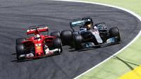 Sebastian Vettel se v souboji s Lewisem Hamiltonem těší z plné podpory svého týmového kolegy Kimiho Räikkönena