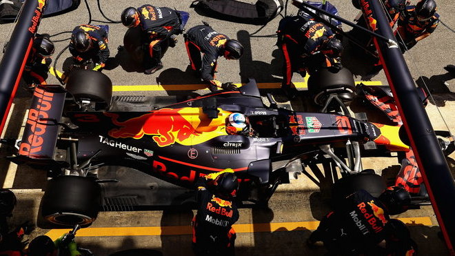 Daniel Ricciardo u svých mechaniků