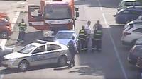 Řidič Porsche 911 vybržďoval hasiče