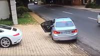 Řidič Porsche 911 vyvázl z pokusu o únos jen díky svým rychlým reakcím