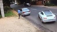 Řidič Porsche vyvázl z pokusu o únos jen díky svým rychlým reakcím