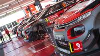 Jedna C3 WRC na Mikkelsena čeká pro Sardinii, ale co dál?