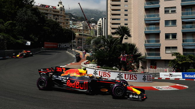 Max Verstappen ve vlásence u hotelu Fairmont