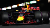 Max Verstappen nelibě nesl to, že jej Daniel Ricciardo během zastávek přeskočil