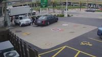 Zloděj využil chvilky nepozornosti, kdy řidička tankovala