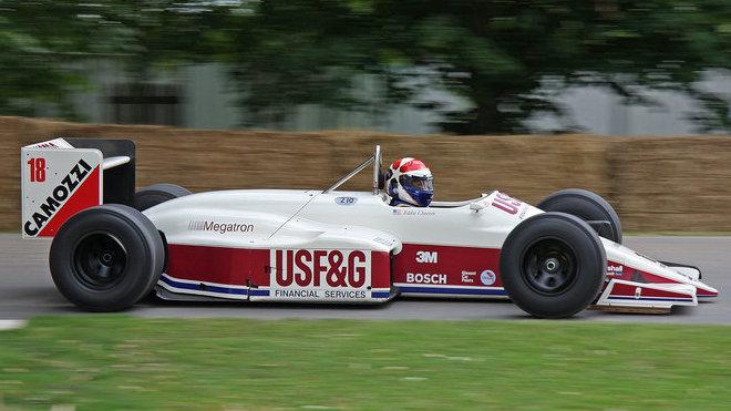 Arrows A11 Megatron pilotovaný Eddie Cheeverem při tradičním setkání v britském Goodwoodu
