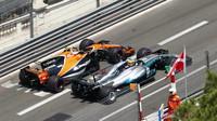 Lewis Hamilton předjíždí Stoffela Vandoorneho v závodě v Monaku