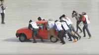 V Rusku se rozhodli vyzkoušet Curling se starými auty. Chtěli tak upozornit na bezpečnost a pojištění