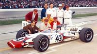 Jackie Stewart v Indianapolisu. Eric Broadley klečí u pravého předního kola