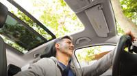 Láhev s pitím jako povinná výbava? I v autě je důležité pít, dehydratace je stejně nebezpečná jako opilost - anotační foto