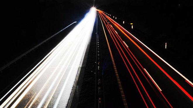 Noční záběr dálnice D11