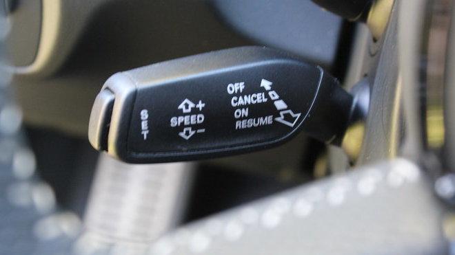 Ovládání tempomatu ve voze Audi Q3 Sport quattro S-line Competition