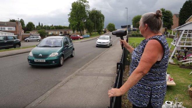 Svérázná dáma vyrazila do boje s motoristy vybavená fénem místo radaru