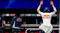 Carlos Sainz odpočívá na pitwall počas tréninku v Kanadě