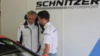 Klasický tým Schnitzer přestoupil z DTM do GT-Masters. Na fotografii rozmlouvá majitel stáje Charlie Lamm s jezdcem Philippem Engem.