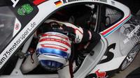 Vytáhlý Francouz Jaminet to nemá lekhé, dostat se do kokpitu jeho Porsche 911.