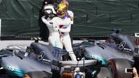 Valtteri Bottas gratuluje týmovému kolegovi k vítězství v závodě v Kanadě