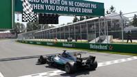 Lewis Hamilton v cíli závodu v Kanadě