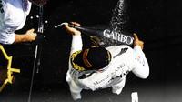 Lewis Hamilton si užívá vítěství na pódiu po závodě v Kanadě