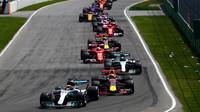 Lewis Hamilton těsně po startu závodu v Kanadě