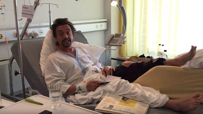 Richard Hammond leží po vážné autonehodě v nemocnici se zraněným kolenem a čeká na operaci