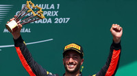 Daniel Ricciardo se svou trofejí na pódiu po závodě v Kanadě