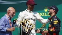 Sir Patrick Stewart, Daniel Ricciardo a Lewis Hamilton na pódiu po závodě v Kanadě