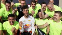 Daniel Ricciardo si užíval třetího místa se svými mechaniky po závodě v Kanadě