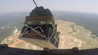 Letecký výsadek armádních vozidel Humvee