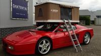 Ferrari Testarossa s expedičním stanem na střeše