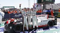 Vítězné trio Porsche (zleva) Brendon Harltey, Timo Bernhard, Earl Bamber