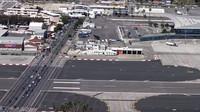 Letiště na poloostrově Gibraltar patří k unikátům i díky tomu, že jej protíná jediná silnice k hranicím se Španělskem