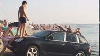 Porsche Cayenne posloužilo partě ruských mladíků jako vodní skluzavka