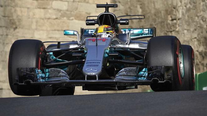 Lewis Hamilton byl opět o