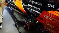 Detail zadní části vozu McLaren MCL32 - Honda v kvalifikaci v Baku