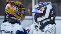 Valtteri Bottas gratuluje k pole position Lewisovi Hamiltonovi po kvalifikaci v Baku