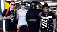 Max Verstappen s skupinou The Black Eyed Peas po kvalifikaci v Baku
