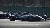 Lewis Hamilton a Valtteri Bottas v závodě v Baku