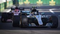 Valtteri Bottas a Esteban Ocon v závodě v Baku