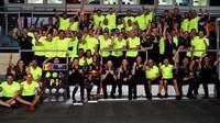 Daniel Ricciardo se raduje z vítězství s celým týmem po závodě v Baku