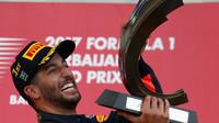 Daniel Ricciardo se raduje se svou trofejí z vítězství na pódiu po závodě v Baku