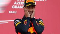 Daniel Ricciardo se raduje z vítězství na pódiu po závodě v Baku