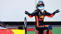 Daniel Ricciardo se raduje z vítězství po závodě v Baku