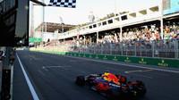 Daniel Ricciardo po spletitém boji, vítězí v závodě v Baku