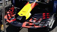 Přední křídlo vozu Red Bull RB13 - Renault před závodem v Baku