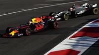 Daniel Ricciardo a Kevin Magnussen v závodě v Baku