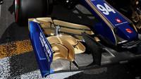 Detailní pohled na přední křídlo vozu Sauber | Sauber C36 - Ferrari před závodem v Baku