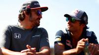 Fernando Alonso a Carlos Sainz před závodem v Baku