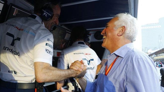 Paddy Lowe gratuluje otci Lance Strolla po závodě v Baku
